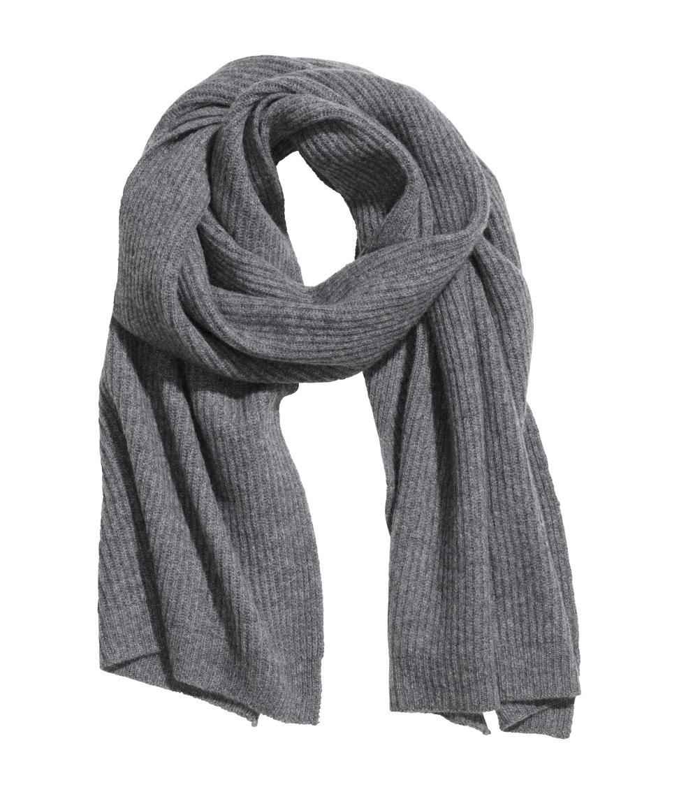 Schal aus Kaschmirmischung, auch in Schwarz, Wildrosa und Weiß erhältlich, H&M (onliine), 50 Euro.