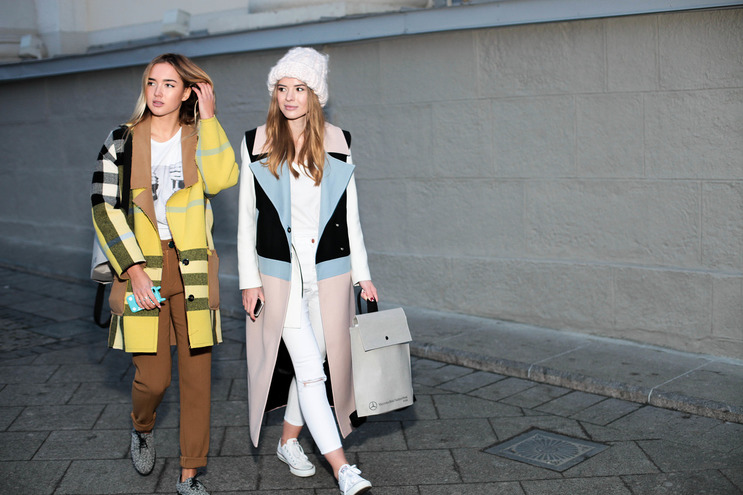 Jung fashionistas on Mercedes-Benz Fashion Week Russia 2015: cool colorblocking styles.