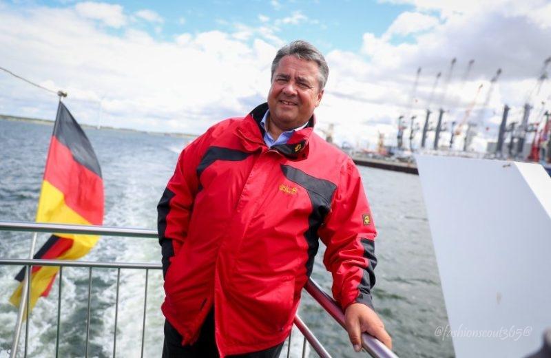 Der SPD-Bundesvorsitzende und Bundeswirtschaftsminister Sigmar Gabriel (SPD) nimmt am 01.08.2016 im Rahmen einer Sommerreise an einer Hafenrundfahrt in Rostock (Mecklenburg-Vorpommern) teil. Foto: Kay Nietfeld/dpa +++(c) dpa - Bildfunk+++