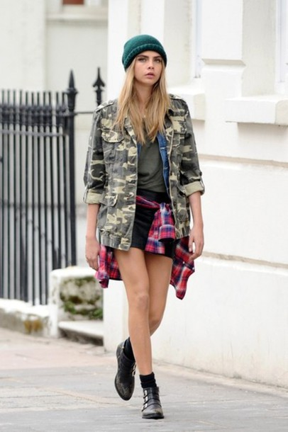Grunge-Look von Cara Delevingne: Karo-Hemd und Beanie-Mütze richtig kombinieren.