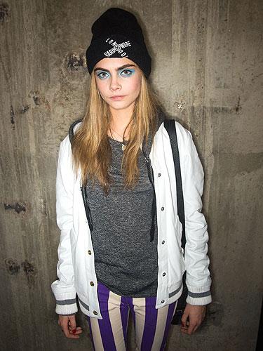Grunge-Look von Cara Delevingne: Beanie richtig kombinieren.