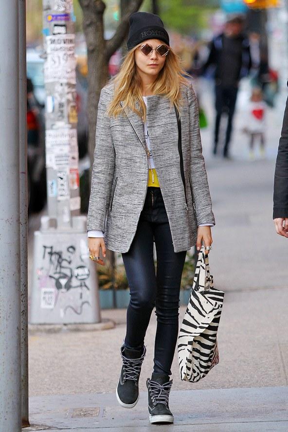 Modern Grunge-Look bei Cara Delevingne:Beanie-Mütze mit Skinny-Jeans und Sonnenbrille.