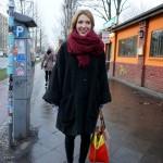 Уличная мода из Берлина: объемное пальто и контрастные аксессуары