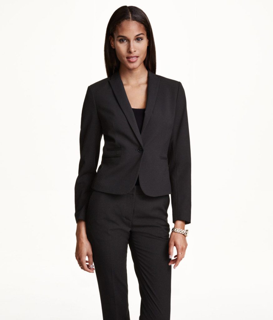 Top-Picks aus H&M Rabattaktion: figurbetonter Blazer in Schwarz. Office-Garderobe-Basics smart shoppen mit Empfehlungen
