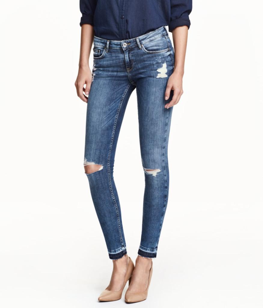 Blaue Skinny-Jeans in Used-Optik für legeren Look, H&M Online Sale, von 40 auf 24 Euro reduziert, in vielen Größen erhältlich.