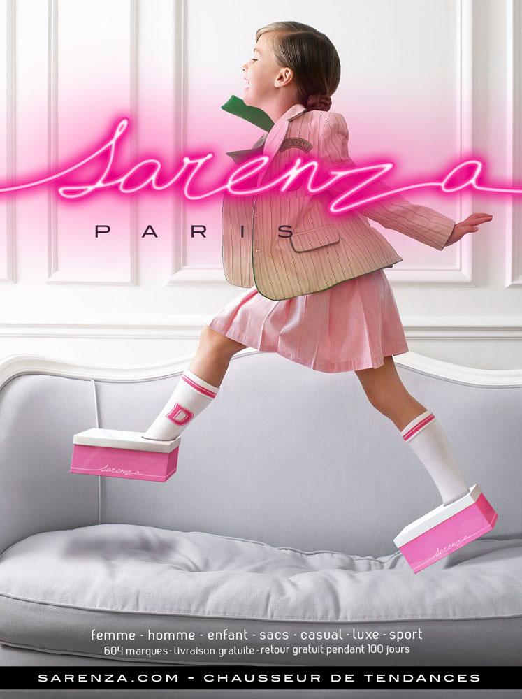 Laufende Mädchen mit den Schuhkartons anstatt Schuhe in der Werbekampagne des Online-Schuhhändlers Sarenza 2012.