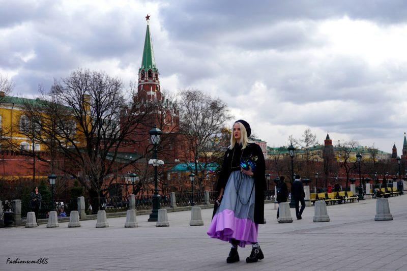 Модные тренды 2016 года на улицах Москвы: длинная юбка и ботинки на платформе.