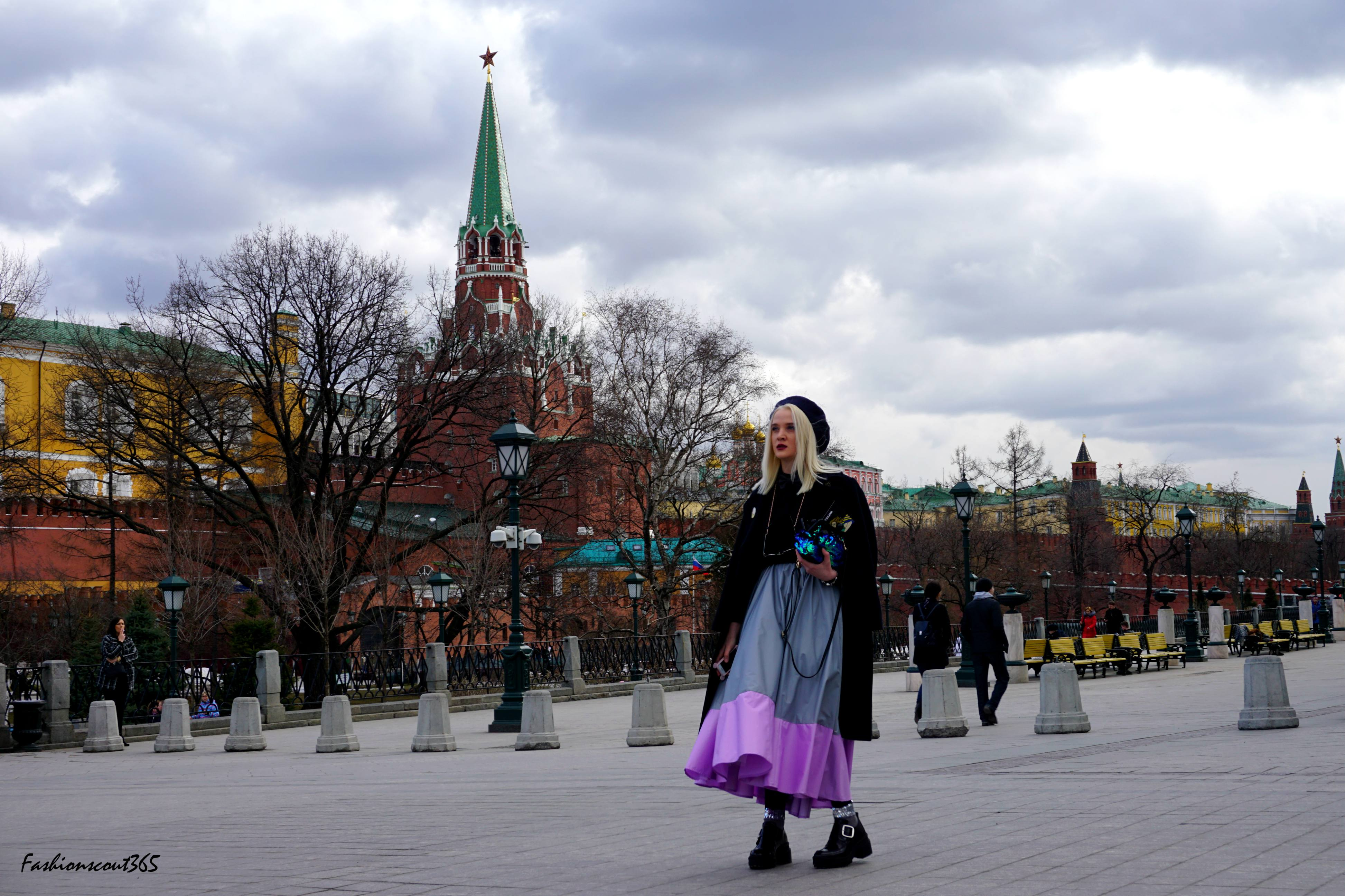Под юбками на улицах москвы