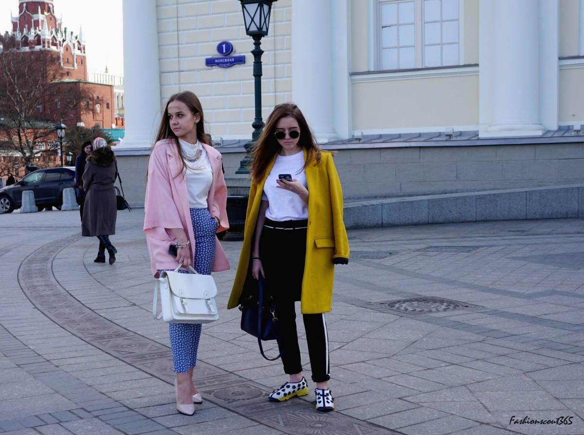 streetstyle-moscow-colourblocking-looks-mit-denim-mode-farben-2016-helles-rosa-und-gelb