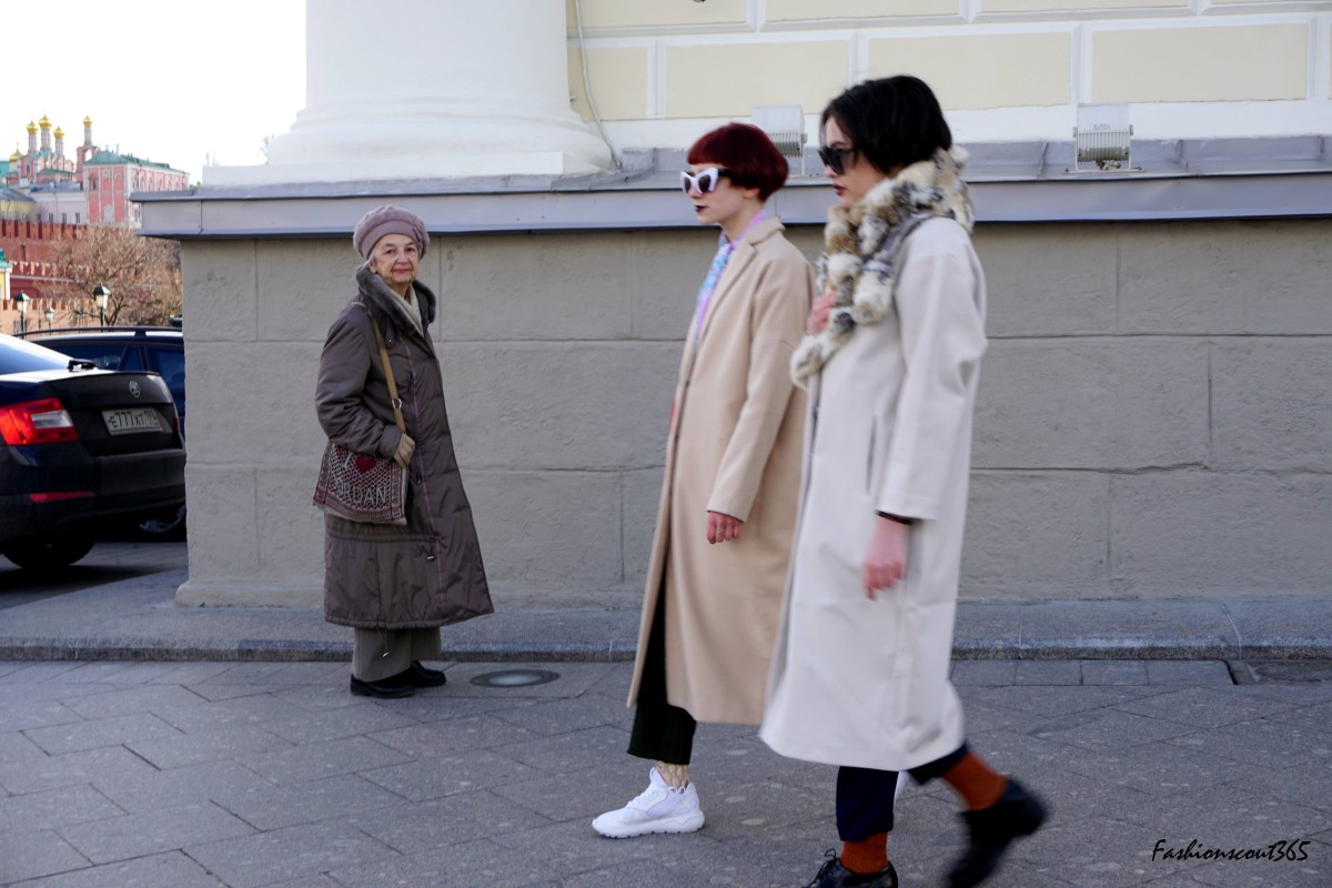 Key fashion trends 2016 on the streets of Moscow: monochrome look with color detail and white sneakers.
