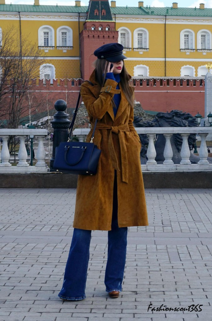 Key fashion trends 2016 on the streets of Moscow: Hello, 70's! Suede coat, cap and flared jeans.