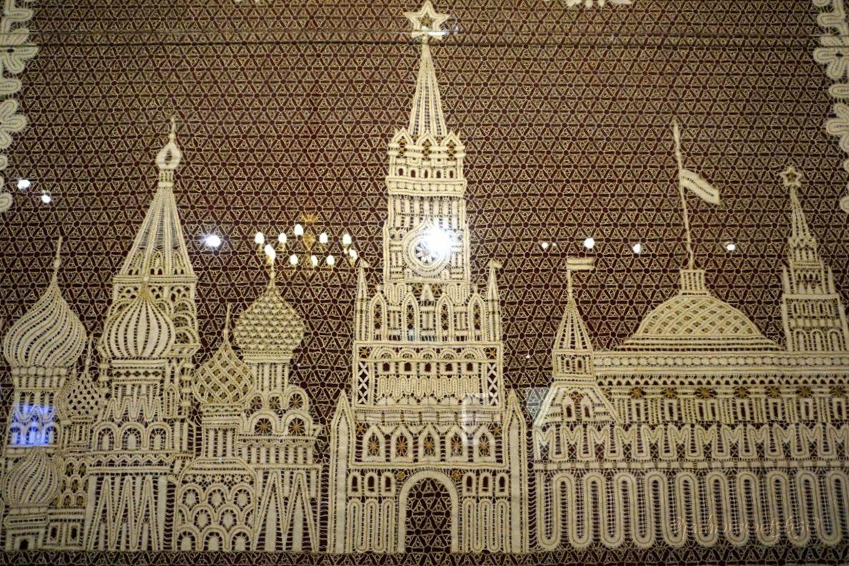 dekorativnoe-panno-s-motivom-moskovskogo-kremlja-na-vystavke-kruzhevo-napokaz